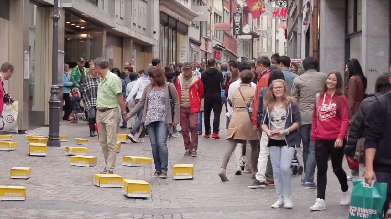 cam ra cach e des passants surpris par des colis qui se prom nent dans les rues. Black Bedroom Furniture Sets. Home Design Ideas