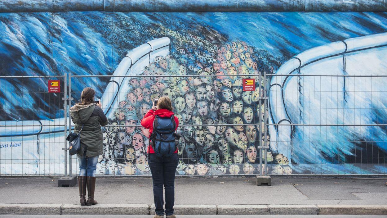 berlin va poser une rambarde pour prot ger le mur des graffitis. Black Bedroom Furniture Sets. Home Design Ideas