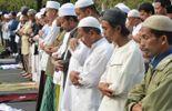 """Illustration: des fidèles prient à Jakarta - Le professeur de religion islamique Mostafa El Hassani est clair par rapport aux émeutes qui ont suivi la diffusion du film islamophobe: """"La religion condamne ce genre de violences"""""""