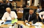 Le ministre grec des Finances Yannis Stournaras (d) et le gouverneur de la Banque de Grèce, George Provopoulos, le 15 septembre 2012 à Chypre