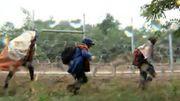 Les réfugiés cherchent la faille du mur en le longeant