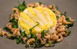 Gigot d'agneau à la crème d'ail - Panna cotta d'asperges et salade de crevettes