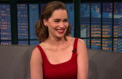 La géniale Emilia Clarke chante en Dothraki et regarde sa scène de nu avec ses parents