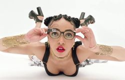Clip super bizarre avec lunettes Google pour FKA Twigs