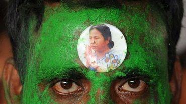 Un militant du parti du Congrès Trinamool (TMC) porte sur le front l'image de la chef de cette formation, Mamata Banerjee, le 2 juin 2012