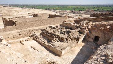 Vestiges de la pyramide en briques crues du vizir Khay, dans la cour d'une tombe plus ancienne