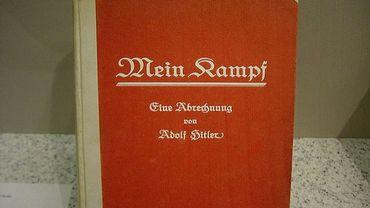 """Illustration de l'ouvrage """"Mein Kampf"""", d'Adolf Hitler."""
