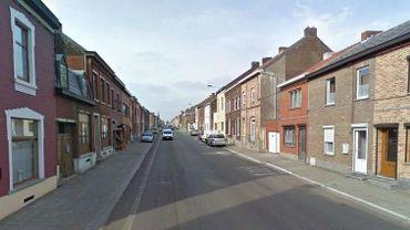 La rue Général de Gaulle est une longue artère bien droite de Courcelles