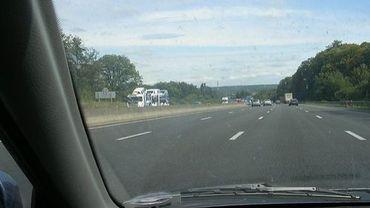 Le moteur du véhicule a pris feu alors que le car se trouvait sur l'E25, à hauteur de Werbomont (illustration).