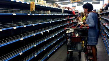 En Grèce, ruée sur l'alimentation de base, l'essence et les médicaments