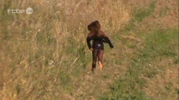 La prostitution et le trafic d'êtres humains, des femmes en fuite dans un champ en Italie (vidéo)