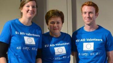 """La Comissaire chargée de l'humanitaire Kristalina Georgieva pose avec deux jeunes après l'annonce de la création du corps de """"volontaires humanitaires""""."""