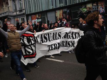 """Des hommes en noir sont arrivés avec une bannière """"Casual against terrorism"""""""