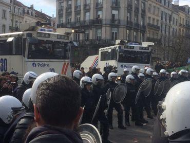 La police isole les manifestants violents du reste de la foule