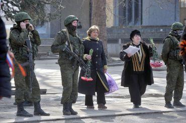 En face du parlement de Crimée, femmes et soldats armés non-identifiés