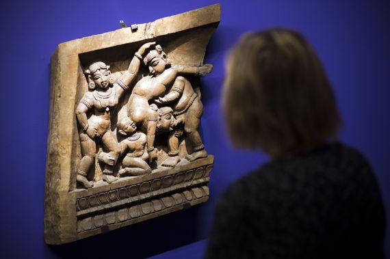 Première du genre, une exposition à la Pinacothèque de Paris réunit plus de 300 oeuvres autour de ce manuel du savoir-jouir de la vie