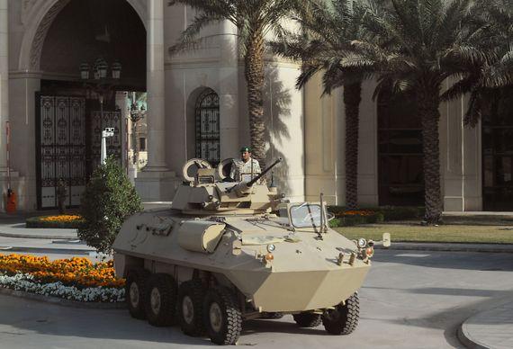 Un blindé surveille un palace à Riyad: l'Arabie saoudite ne lésine pas pour s'équiper en matériel militaire.
