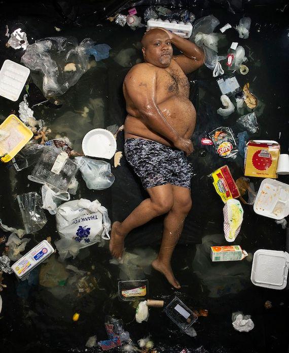 Photos: ils posent avec leurs déchets de la semaine écoulée  - Gregg Segal ©