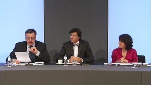 Steven Vanackere (ministre de Finances) et Laurette Onkelinx (ministre de la Santé et des Affaires sociales) ont accompagné Elio Di Rupo lors de la conférence de presse annonçant les mesures contenues dans l'accord budgétaire