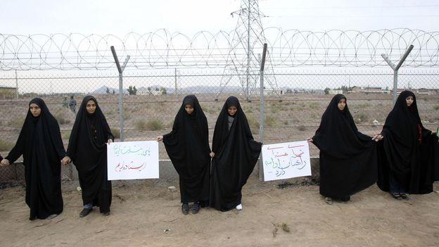 se promenant sur la plage de l'île de Kish, dans le sud de l'Iran ...