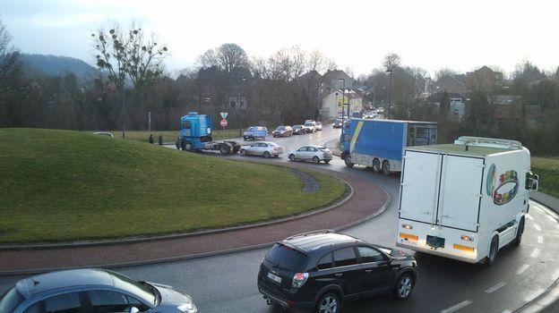 Il y aurait plus d'une centaine de camions et remorques sur place (illustration).