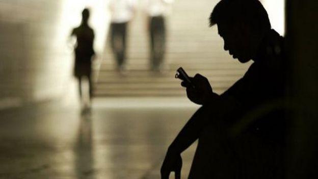 Le sms: un geste devenu automatique et qui, pourtant, subit la concurrence de nouveaux-venus