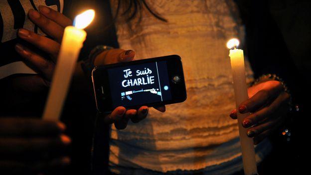 Rassemblement en hommage aux victimes, à Bogota (Colombie).