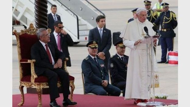 Le pape Benoît XVI donne un discours le 14 septembre 2012 à son arrivée à l'aéroport de Beyrouth