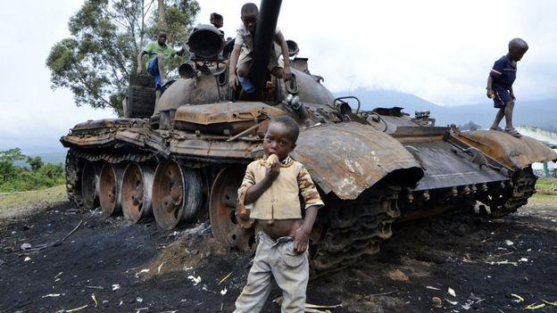 Des enfants jouent sur un tank incendié appartenant aux rebelles du M23 à Kibumba le 31 octobre.
