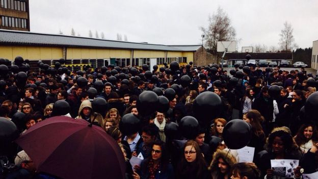 Les élèves ont lâché des ballons noirs en guise de protestation.