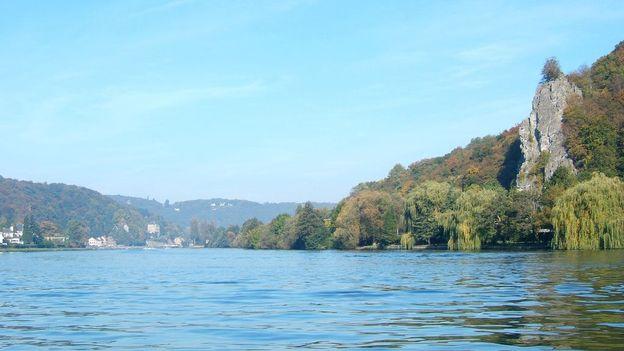 A l'origine, la Meuse glissait à la fois vers l'est et vers l'ouest de l'actuelle Belgique. Ici, le fleuve pris entre Namur et Dinant.