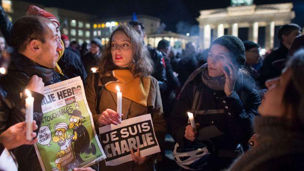 Rassemblement à Berlin, devant la porte de Brandebourg (Allemagne).