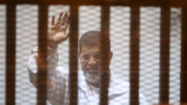 Mohamed Morsi photographié lors de l'un de ses procès en 2014</p><br /><br /><br /><br /><br /><br /><br /><br /> <p>