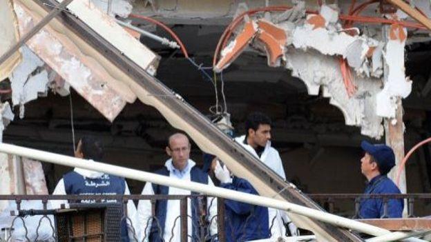 Des équipes de secours sur les lieux de l'explosion, dans le café Argana du centre de Marrakech, le 28 avril 2011